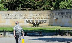 Mahnmal für die Opfer von Faschismus und Krieg / Mahnmal für die antifaschistischen Widerstandskämpfer in Potsdam - 1975 eingeweihte Gedenkstätte, Entwurf Architekt Werner Berg / Bildhauer Joachim Pfizman. Inschrift UNSER OPFER UNSER KAMPF GEGEN FASC