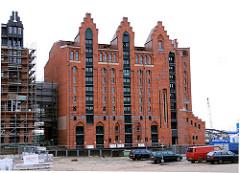 Blick über den Brooktorhafen zum Kaispeicher B -  während des Umbaus zum Maritimen Museum Hamburg, 2005.