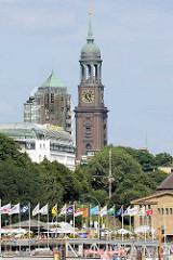 Kirchturm der St. Michaeliskirche - Blick über die Landungsbrücken; Hotel Stadt Hamburg.