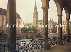 Blick durch die Alsterarkaden über die Kleine Alster zum Rathaus der Hansestadt Hamburg.