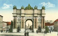 Historische Aufnahme vom Brandenburger Tor in Potsdam - das Tor wurde 1771 von Carl von Gontard und Georg Christian Unger im Auftrag Friedrichs II. gebaut.