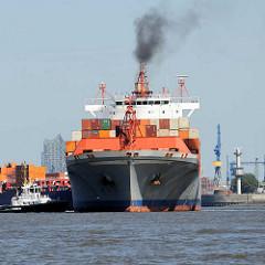 Der Frachter META verlässt den Hafen Hamburgs - schwarzer Qualm steigt aus dem Schiffsschornstein.