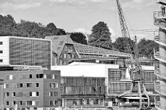 Dächer und Fassaden am Elbufer in Hamburg Ottensen - grosse Elbstrasse; moderne und historische Architektur, alter Hafenkran.