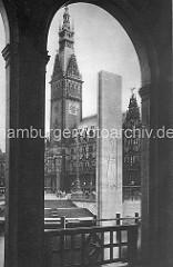 Blick durch die Alsterarkaden über die Kleine Alster zum Rathaus der Hansestadt Hamburg und dem Hamburger Ehrenmal, Denkmal für die Gefallenen des I. Weltkriegs - Relief Trauernde Mutter mit Kind von Ernst Barlach ca. 1933.