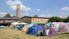 Historische Industriearchitektur - Zelte auf dem Treffen des Chaos Computer Clubs auf dem 42 Hektar grossen Gelände des Ziegeleiparks Mildenberg / Zehdenick.