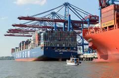 Die Frachtschiffe CMA CGM AQUILA und  Cap San Artemissio im Waltershofer Hafen am Hamburger Containerterminal Burchardkai - ein kleines Motorboote fährt durch das Hafenbecken Richtung Elbe.