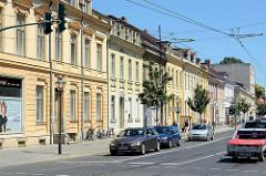 Einstöckige Wohnhäuser mit Geschäften - Gründerzeitarchitektur in der Charlottenstrasse, Potsdam.