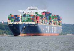 Das Containerschiff CMA CGM AMERIGO VESPUCCI auf der Elbe beim Auslaufen aus dem Hamburger Hafen. Die Amerigo Vespucci hat eine Länge von 365 m und kann 13830 TEU Container transportieren.