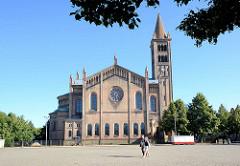 Seitenansicht der katholischen St. Peter und Paul Kirche; sie wurde 1870 fertiggestellt - Entwurf August Stüler /  Wilhelm Salzenberg -  es wurden byzantinische und romanische Stilelemente verwendet.