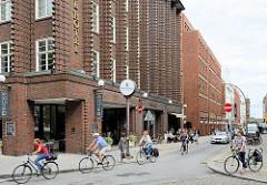 City Hamburgs - Stadtteil Neustadt, FahrradfahrerInnnen in der Strasse Grosse Bleichen; Fassade vom Renaissance Hotel Hamburg.