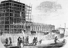 Bau des Altonaer Bahnhofs an der Palmaille - Baugerüst und Rohbau;  Spaziergänger mit Hund, spielende Kinder ca. 1844.