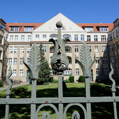 Repräsentatives mehrstöckiges Wohngebäude - Baustil Historismus, Jugendstil; Metallzaun - Hans Sachs Strasse Potsdam.
