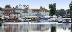 Blick über die Havel zum Stadthafen Zehdenik -  Sportboote als Gastlieger nahe der Schleuse.