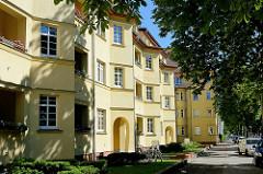 Gelber expressionistischer Wohnblock - Architektur in Potsdam.