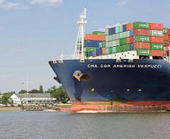 Bug des Containerschiffs CMA CGM AMERIGO VESPUCCI auf der Elbe vor Wedel - im Hintergrund die Schiffsbegrüssungsanlage Schulauer Fährhaus. Die Amerigo Vespucci hat eine Länge von 365 m und kann 13830 TEU Container transportieren.