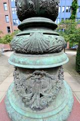 Lampenfuss mit Tintenfisch / Krake, Meeresmotiven an der historische Laterne im Hof der Hamburger ABC-Strasse - die Laterne stand früher auf dem Rathausmarkt.
