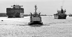 Schiffsverkehr auf der Elbe vor Hamburg - Frachtschiffe und Schlepper.