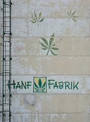 Hausfassade, Industriegebäude in Zehdenick - Hanfblätter und Aufschrift Hanffabrik.