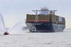 Der Containerfrachter MSC ZOE läuft zum ersten Mal den Hamburger Hafen an - Löschboote auf der Elbe mit Wasserfontäne.