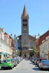 Blick zur katholischen St. Peter und Paul Kirche; sie wurde 1870 fertiggestellt - Entwurf August Stüler /  Wilhelm Salzenberg -  es wurden byzantinische und romanische Stilelemente verwendet.