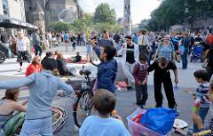 Grillfest von AnwohnerInnen und Flüchtlingen im Hamburger Karoviertel - Kinder spielen mit Seifenblasen.
