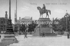 Denkmal Kaiser Wilhelm II.  auf dem Hamburger Rathausplatz, Grundsteinlegung 1902; 1930 wurde das Denkmal entfernt und in den Wallanlagen / Ziviljustizgebäude aufgestellt.