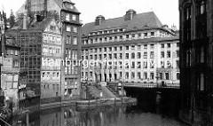 Blick über das Bleichenfleet zur Stadthausbrücke - historische Architektur und Anbau vom Stadthaus - 1923 vom Oberbaudirektor Schumacher entworfen.