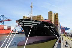 Der Containerfrachter MSC ZOE hat im Hamburger Hafen festgemacht - Schiffsbug mit Tauen am Terminal EUROGATE.