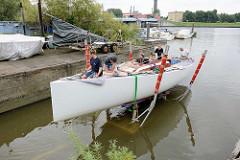 Der Rumpf des Daysailers Lütje 35 wird probeweise zu Wasser gelassen, um die Lage und Wasserlinie zu kontrollieren.