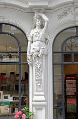 Architektur des Historismus in der Hamburger City, Hohe Bleichen - Neustadt; figürlicher Fassadenschmuck - weibliche Skulptur mit tragender Funktion Karyatide.