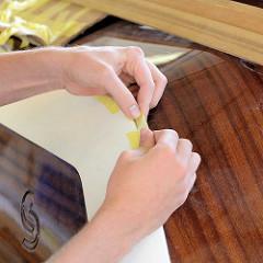 Zum Schutz werden einzelne Deckteile mit Kreppband abgeklebt.