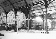 Historische Darstellung / Foto vom Bahnhof Altona; Bahnsteige und Bahnhofshalle, ca. 1898.