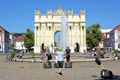 Springbrunnen am Louisenplatz in Potsdam - Blick zum Brandenburger Tor. Das wurde 1771 von Carl von Gontard und Georg Christian Unger im Auftrag Friedrichs II. gebaut. Man musste damals das Brandenburger Tor passieren.