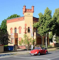 Neogotischen Villa in der Alleestrasse von Potsdam; Dienstsitz für die Geschäftsführung des Landesverbandes Brandenburg der Gewerkschaft Erziehung und Wissenschaft; rotes VW Cabrio, Käfer.