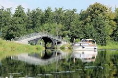 Sogen. Kamelbrücke / Bodenstrombrücke von Zehdenick - ein Sportboot passiert auf der Havel.