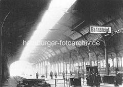 Blick zum Bahnsteig - Reisende, Bahnhofshalle Altona - ca. 1900.