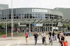 Eingang Süd der Hamburg Messe an der Karolinenstrasse von Hamburg St. Pauli.