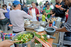 Grillfest von AnwohnerInnen und Flüchtlingen im Hamburger Karoviertel - frischer Salat wird zubereitet.
