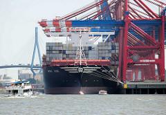 Der Containerfrachter MSC ZOE unter Containerbrücken an seinem  Liegeplatz im Hamburger Hafen / Container Terminal Eurogate.