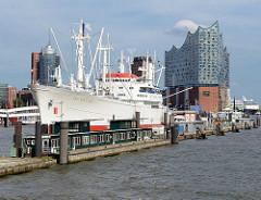 Blick auf den Weissen Schwan des Meeres - Museumsschiff Cap San Diego; im Hintergrund die Elbphilharmonie in der Hamburger Stadtteil Hafencity.