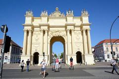 Blick über die Schopenhauerstrasse zum Brandenburger Tor in Potsdam; das Tor wurde 1771 von Carl von Gontard und Georg Christian Unger im Auftrag Friedrichs II. gebaut. Man musste damals das Brandenburger Tor passieren.
