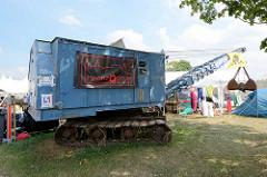 Ziegeleipark Mildenberg / Zehdenick; Industriemuseum auf dem Gelände zweier Ziegeleien, die bis 1991 in Betrieb waren - Kettenbagger, Zelte vom Lager des Computer Chaos Club, Europas grösstes Hackertreffen im August 2015.