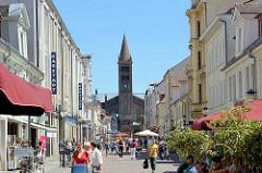 Fussgängerzone Brandenburger Strasse - Einkaufsstrasse in Potsdam; Kirchturm der St. Peter und Paul Kirche; die katholische Kirche St. Peter und Paul wurde 1870 fertiggestellt; Entwurf August Stüler /  Wilhelm Salzenberg.