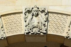 Schmuckdekor an der Fassade vom Amtsgericht Hamburg Altona, Max-Brauer-Alle; erbaut 1907 - Putzbau im Stil der deutschen Renaissance.