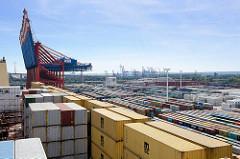 Blick über die Containerladung eines Containerschiffs auf die Containerlager vom Hamburger Terminal Eurogate.
