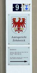 Schilder mit Öffnungszeiten, Wappen von Brandenburg - Brandenburgischer Adler;  Amtsgericht Zehdenick.