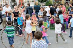 Grillfest von AnwohnerInnen und Flüchtlingen im Hamburger Karoviertel auf dem Tschaikowsky-Platz.