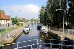 Sportboote liegen in der Schleusenkammer der Havelschleuse Zehdenick.