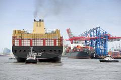 Das Containerschiff MSC ZOE wendet im Hamburger Hafen - re. die Containerbrücken am HHLA Terminal Burchardkai.