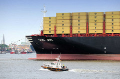 Bug mit Containerladung der MSC ZOE in Hamburg - Pilot / Lotsen Boot in Fahrt.